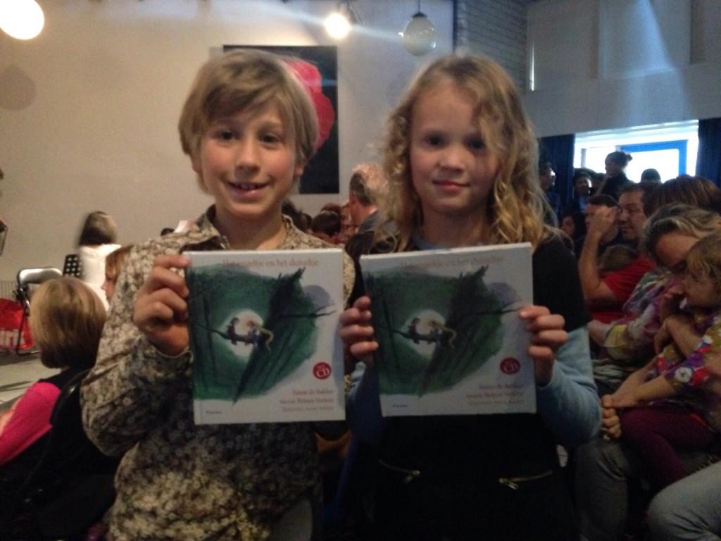 Olivier en Marthe met het gekregen boekje 'Het engeltje en het duiveltje'