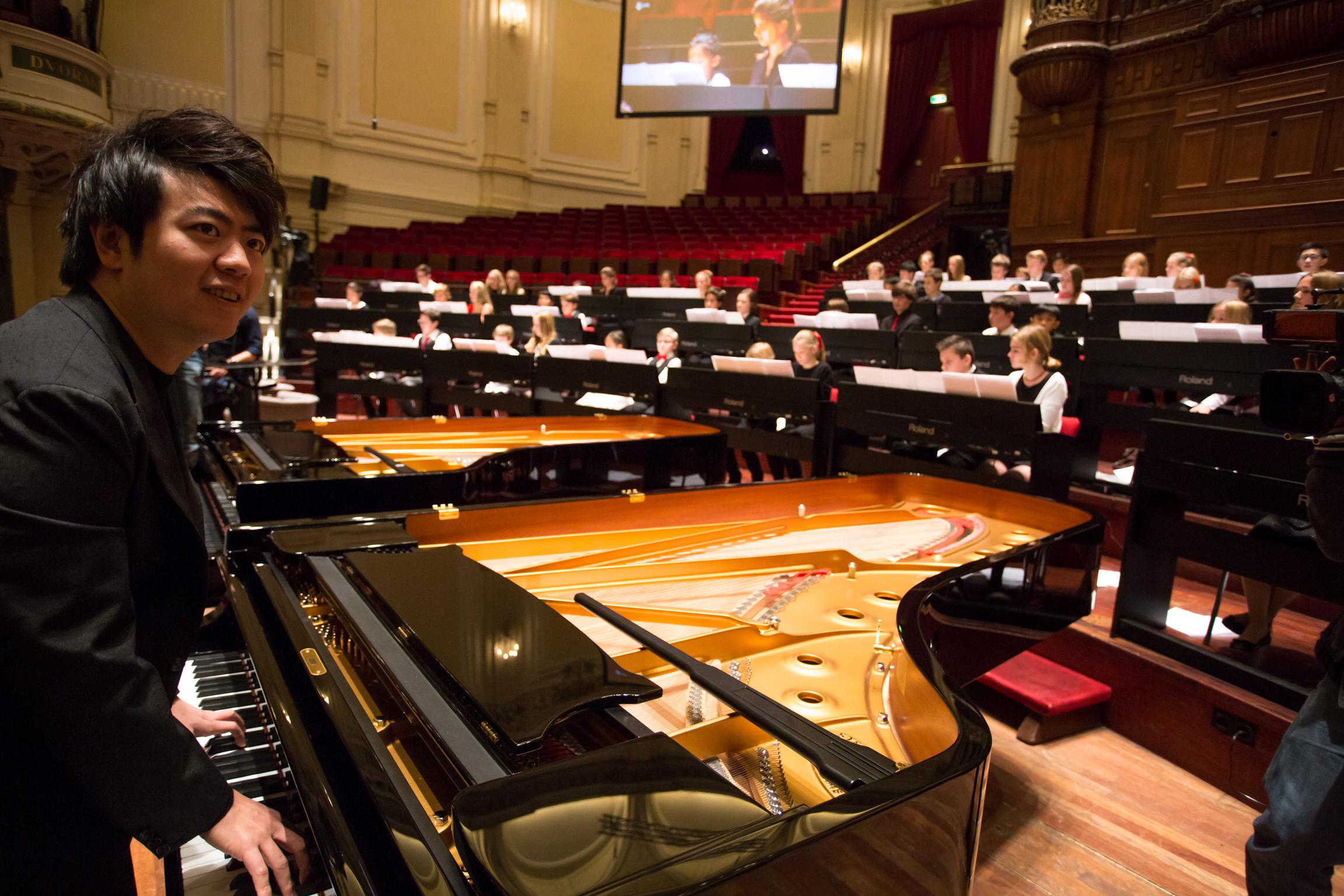 Lang Lang met 100 pianistjes