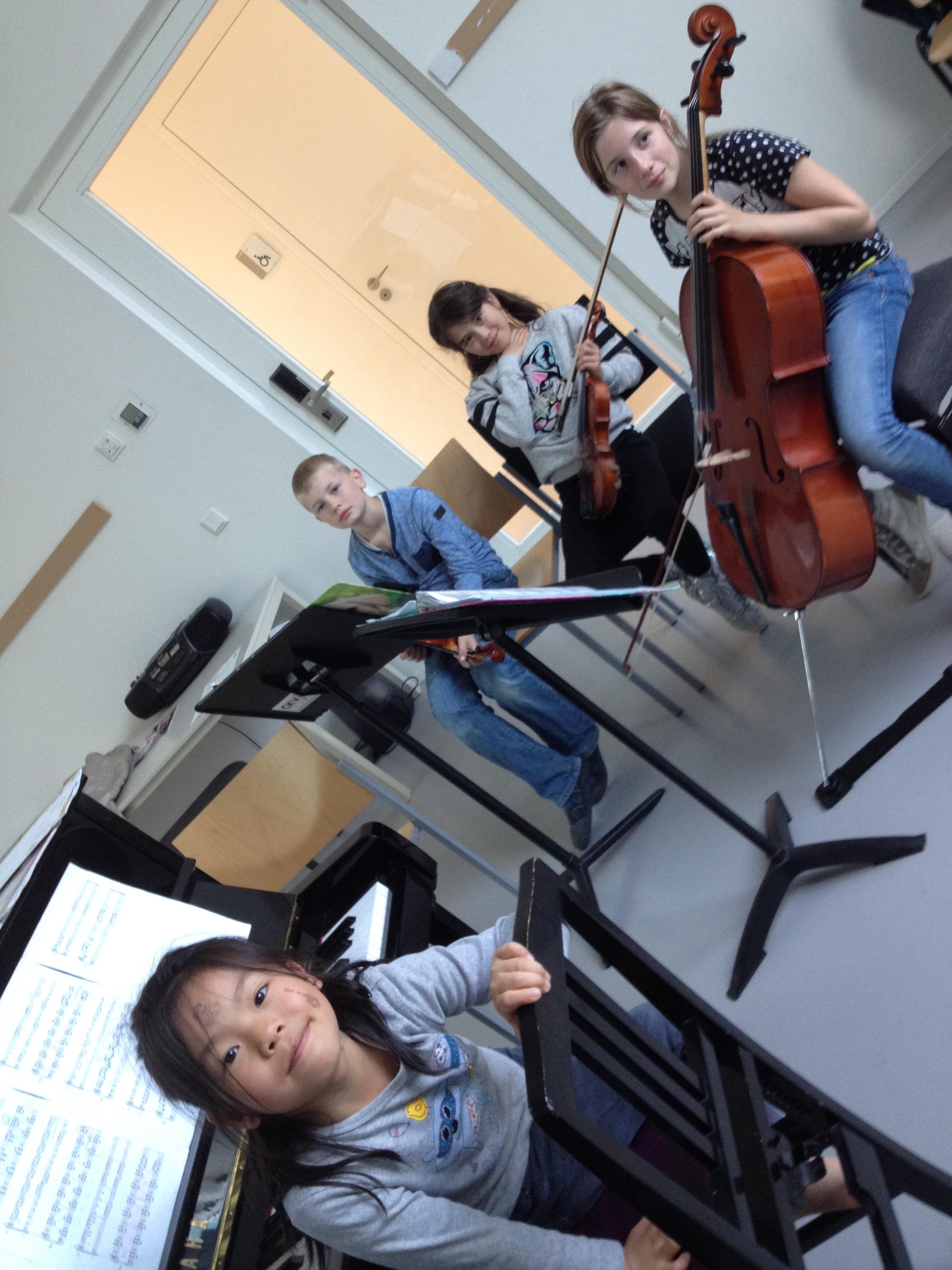 Repetitie Trio 4 tijdens de pianoles: wat een gezellige kinderen allemaal! :-)