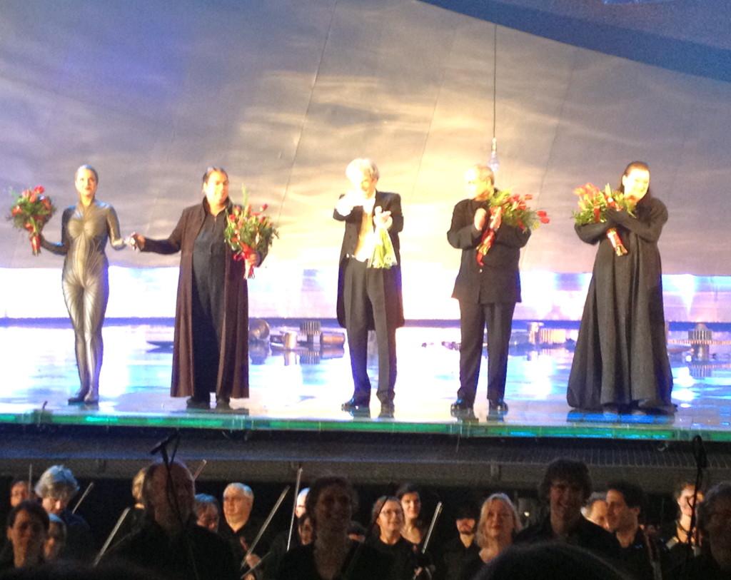 Bloemen na afloop van Götterdämmerung. Van links naar rechts: een Rijnnimf, Siegfried, Harmut Haenchen, Pierre Audi en Brünnhilde (de Britse sopraan Catherine Forster)