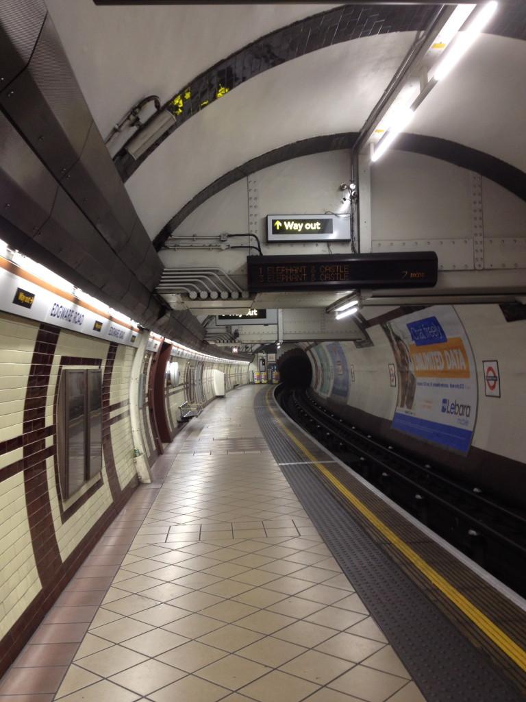 Soms ben je helemaal alleen in de metro! ;-)