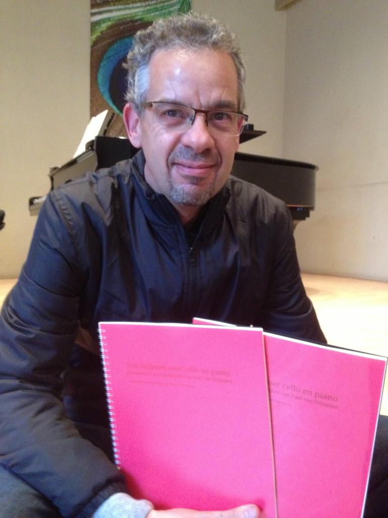 Pianist Jeroen Riemsdijk neemt de bladmuziek van de drie liederen van Heleen Verleur in ontvangst