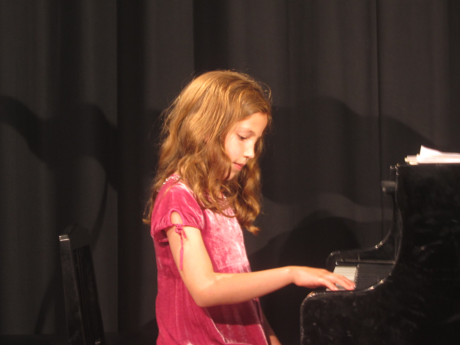 Nora speelt bij leerlingenconcert