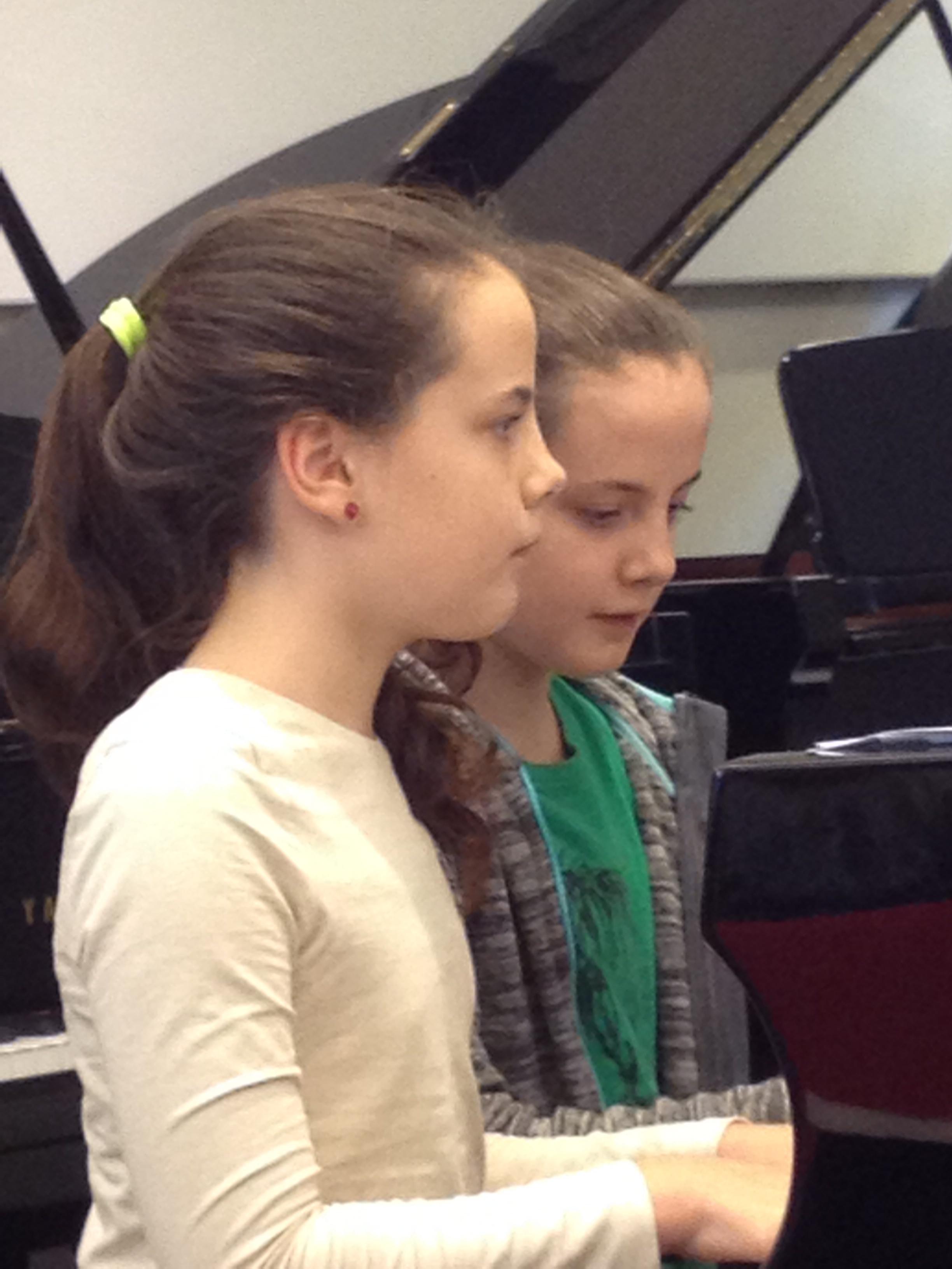 Rosa (links) en Gaia tijdens concert