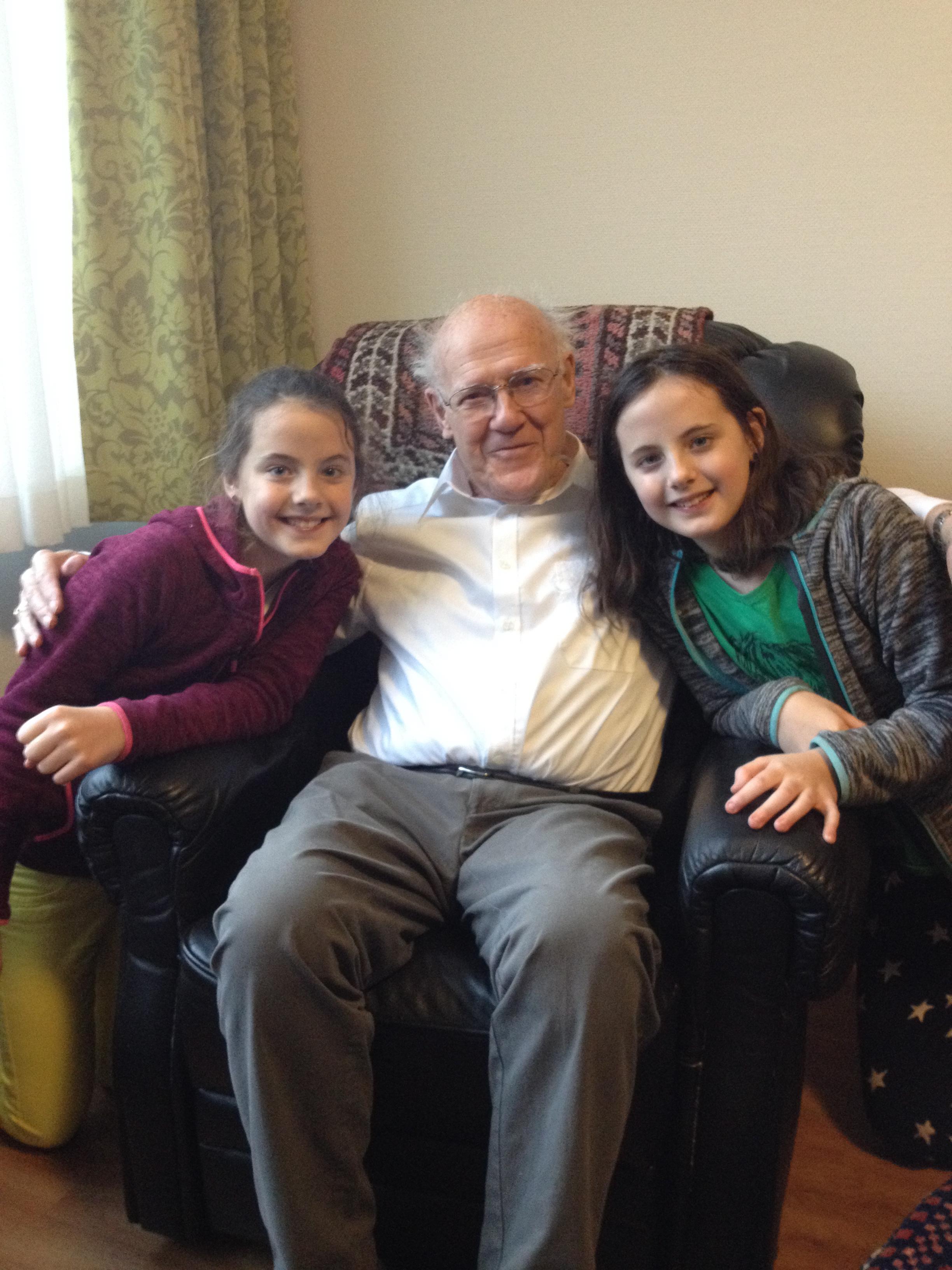 Rosa (links) en Gaia op de foto met opa