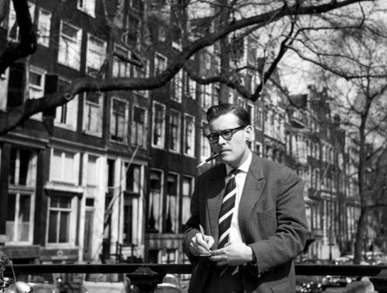 Componist Pieter Goemans aan een Amsterdamse gracht