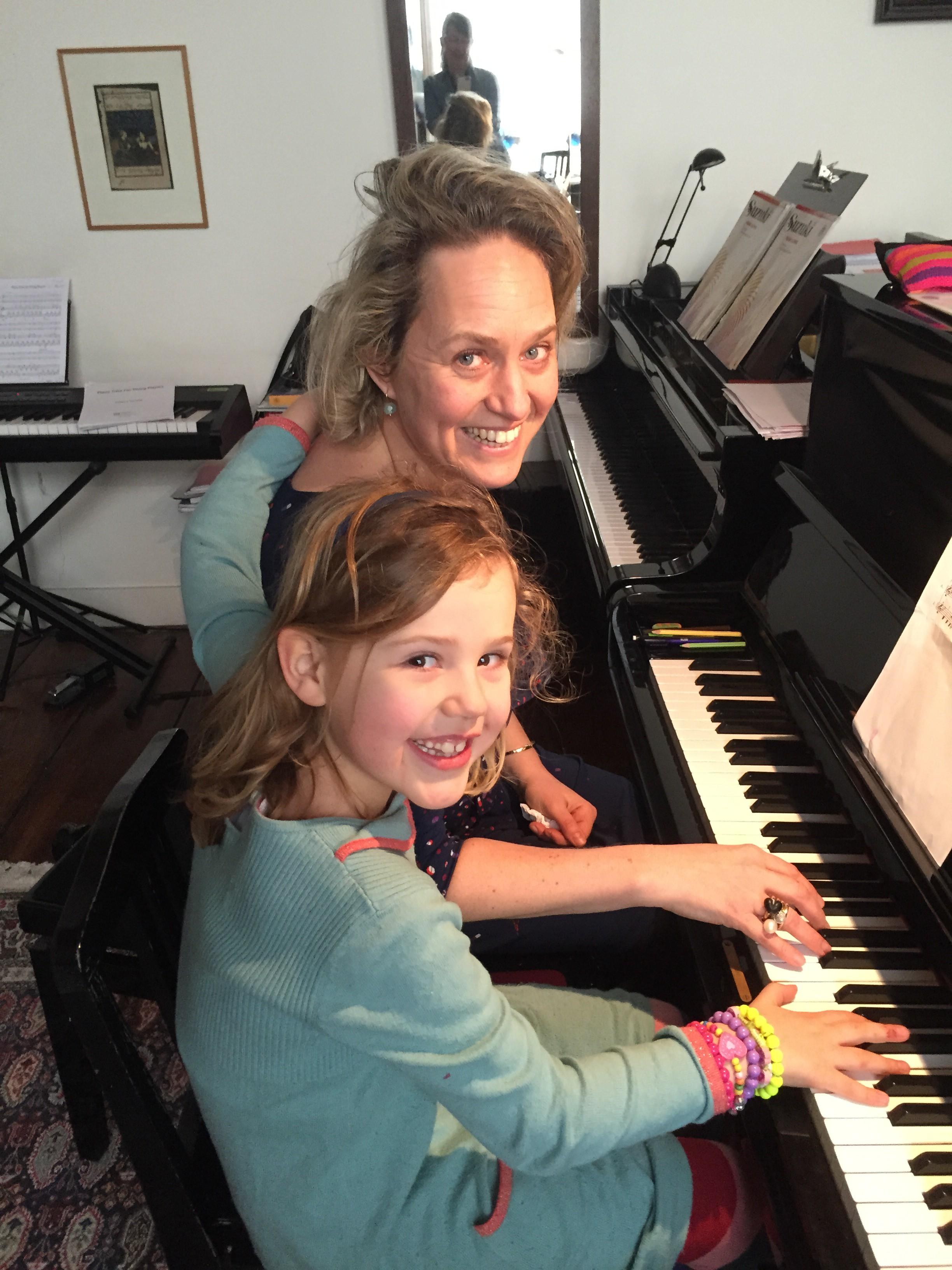 Aimeline met moeder Janine tijdens de les