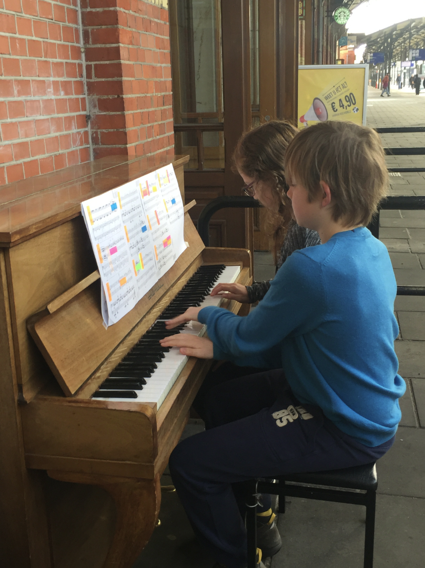 Vincent & Nora spelen 'Wilde Zwijnen' op station Groningen