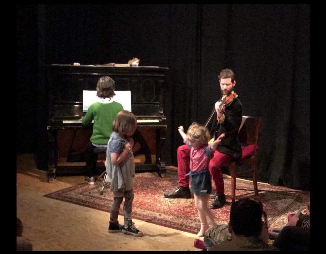Dansende kinderen tijdens concert