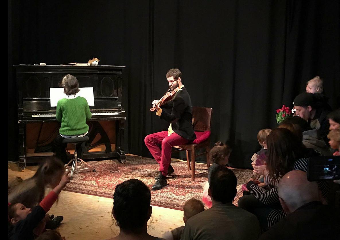 Concentratie van de kleintjes tijdens concert