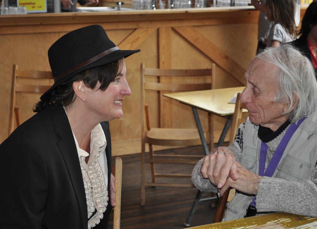 Schrijfster George Sand (Heleen) met schilder Jan Sierhuis, na haar optreden tijdens de Aprilfeesten 2019